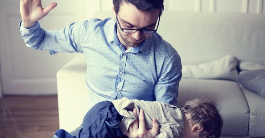 Resultado de imagen para imagenes padre pegando niño